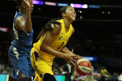 Candace Parker drives to the hoop. Maria Noble/WomensHoopsWorld.