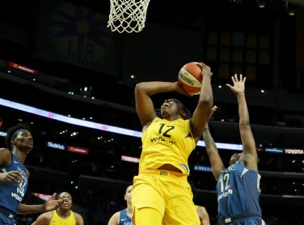 Chelsea Gray goes up for two points. Maria Noble/WomensHoopsWorld.
