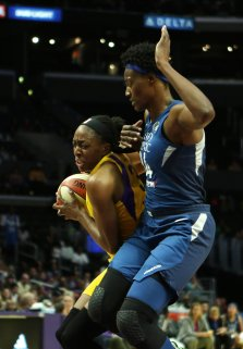 Nneka Ogwumike is guarded by Sylvia Fowles. Maria Noble/WomensHoopsWorld.