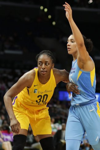 Nneka Ogwumike and Gabby Williams battle for positioning. Photo by Maria Noble/WomensHoopsWorld.