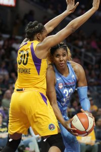 Cheyenne Parker tries to score against Nneka Ogwumike. Photo by Maria Noble/WomensHoopsWorld.