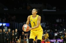 Candace Parker shoots a free throw. Maria Noble/WomensHoopsWorld.