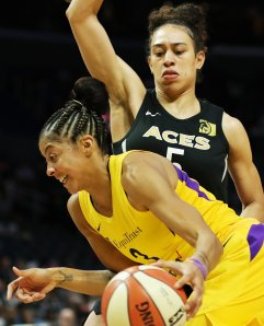 Dearica Hamby defends Candace Parker. Maria Noble/WomensHoopsWorld.