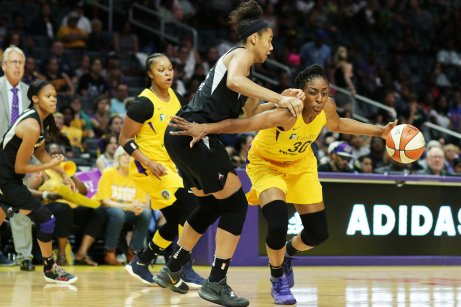 Nneka Ogwumike tries to get around NIa Coffey. Maria Noble/WomensHoopsWorld.