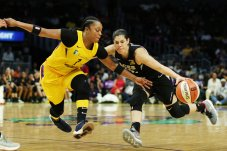 Kelsey Plum battles against Odyssey Sims' defense. Maria Noble/WomensHoopsWorld.