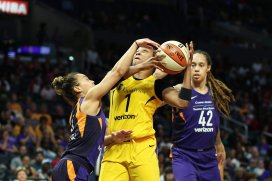 Odyssey Sims is guarded by Leilani MItchell. Maria Noble/WomensHoopsWorld.