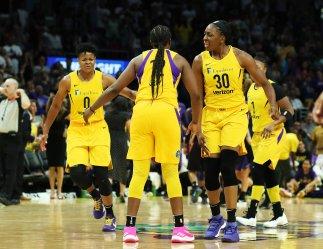Chelsea Gray's teammates congratulate her on a basket. Maria Noble/WomensHoopsWorld.