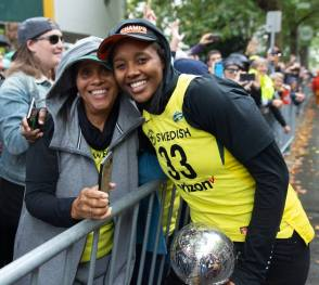 Noelle Quinn hugs her mother along the parade route. Neil Enns/Storm Photos.
