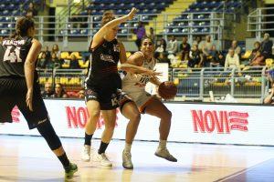 Taya Reimer drives to the basket for Fixi Piramis Torino. Photo by Belen Sivori.