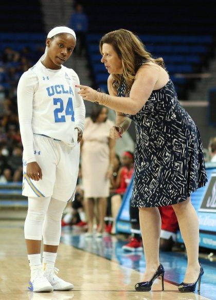Coach Cori Close has a word with Japreece Dean. Maria Noble/WomensHoopsWorld.