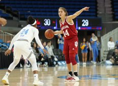 Ali Patberg directs her teammates. Photo by Maria Noble/WomensHoopsWorld.