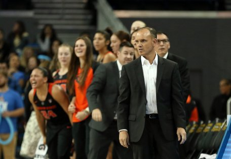 Coach Scott Rueck and the Oregon State bench stand at a crucial point in the game. Maria Noble/WomensHoopsWorld.