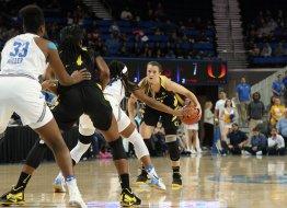 Oregon players try to run their set. Maria Noble/WomensHoopsWorld.