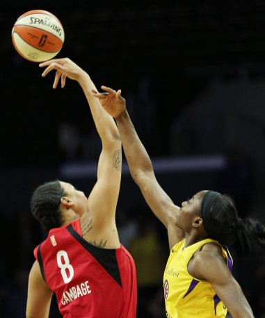 Liz Cambage wins the tip for the Aces. Maria Noble/WomensHoopsWorld.