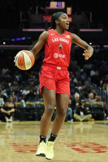 Rookie Jackie Young calls out a play. Maria Noble/WomensHoopsWorld.
