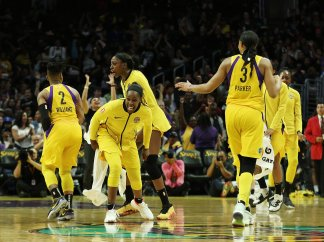 Los Angeles players celebrate their win. Maria Noble/WomensHoopsWorld.