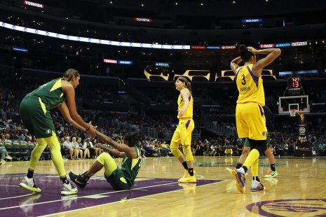 Mercedes Russell helps Jewell Loyd up. Maria Noble/WomensHoopsWorld