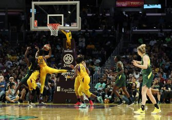 Nneka Ogwumike rebounds. Maria Noble/WomensHoopsWorld