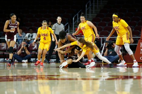 Players fight for ball possession. Maria Noble/WomensHoopsWorld