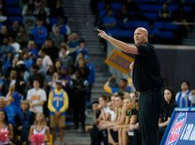 Oregon coach Kelly Graves calls out instructions. Maria Noble/WomensHoopsWorld.