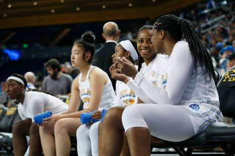 Charisma Osborne and Lauryn Miller talk on the bench. Maria Noble/WomensHoopsWorld.