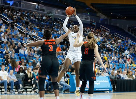 Michaela Onyenwere goes up for a tough shot. Maria Noble/WomensHoopsWorld.