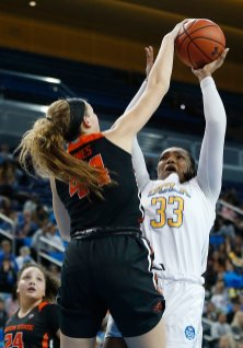 Taylor Jones defends Lauryn Miller. Maria Noble/WomensHoopsWorld.