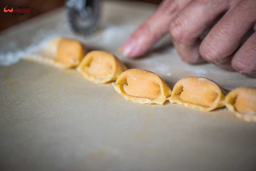 淡水餐酒館、老字號餐廳「艾莉斯」第二代接手主廚,加入義大利麵食元素,讓20多年的淡水老字號,融合義式手法創新料理,更有淡水人情味