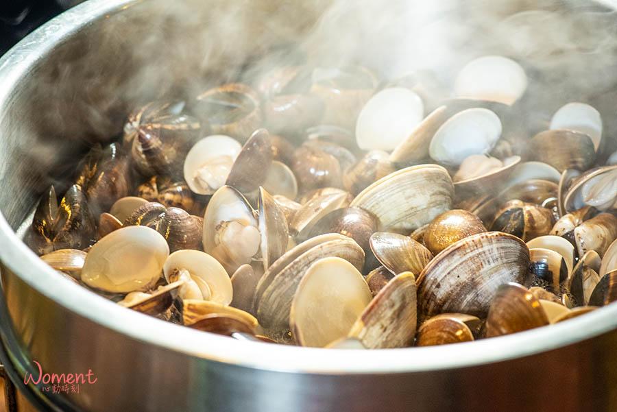 松山民生社區、蒸氣火鍋推薦「極蜆鍋物」現煮蛤蜊精華湯底,鮮甜蛤蜊多到吃不完!最後來碗盡收鍋中鮮甜的粥,回味無窮。