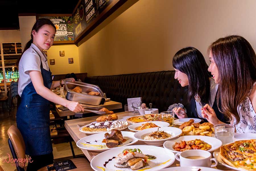 淡水輕軌美食-義米蘭-服務生上菜