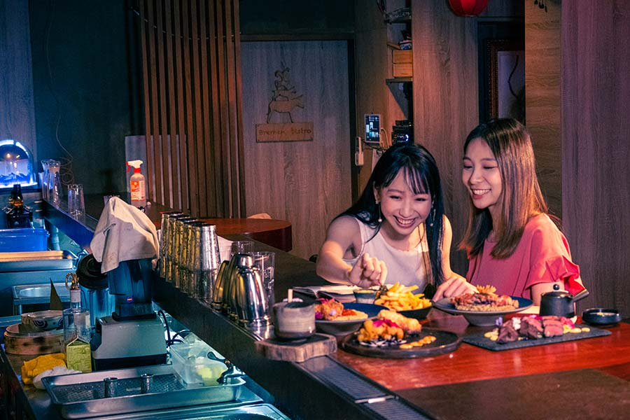 淡水餐酒館推薦「與溪谷」,藏身二樓的藝術型夢幻小酒吧,將創意調酒融入「食物感」,每道料理都美得像幅畫