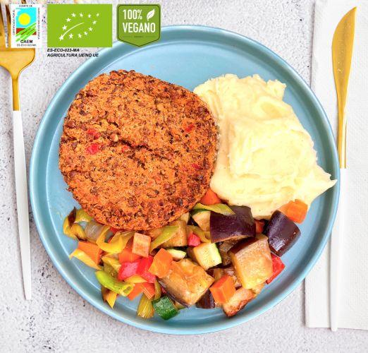 Hamburguesa vegana de lentejas y quinoa acompañada de verduras y puré de patata