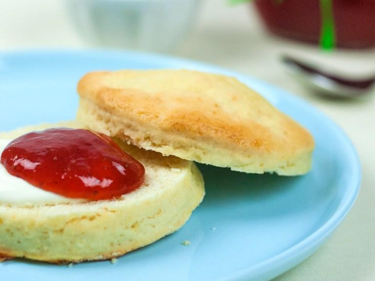 Scones mit Crème Double und Erdbeermarmelade