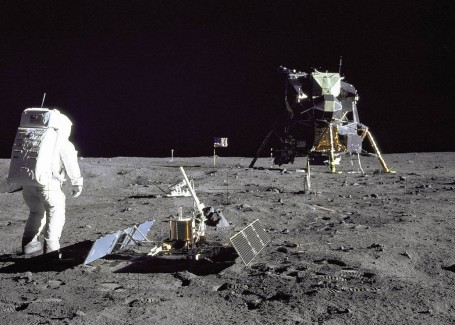 The Moon Is Covered With 400,000 Pounds of Trash Without Even Being Inhabited