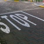 「一時停止」と「徐行」の道路標識に英語を併記…海外の反応