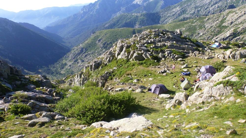 Notre emplacement de bivouac (la tente canadienne verte a droite)