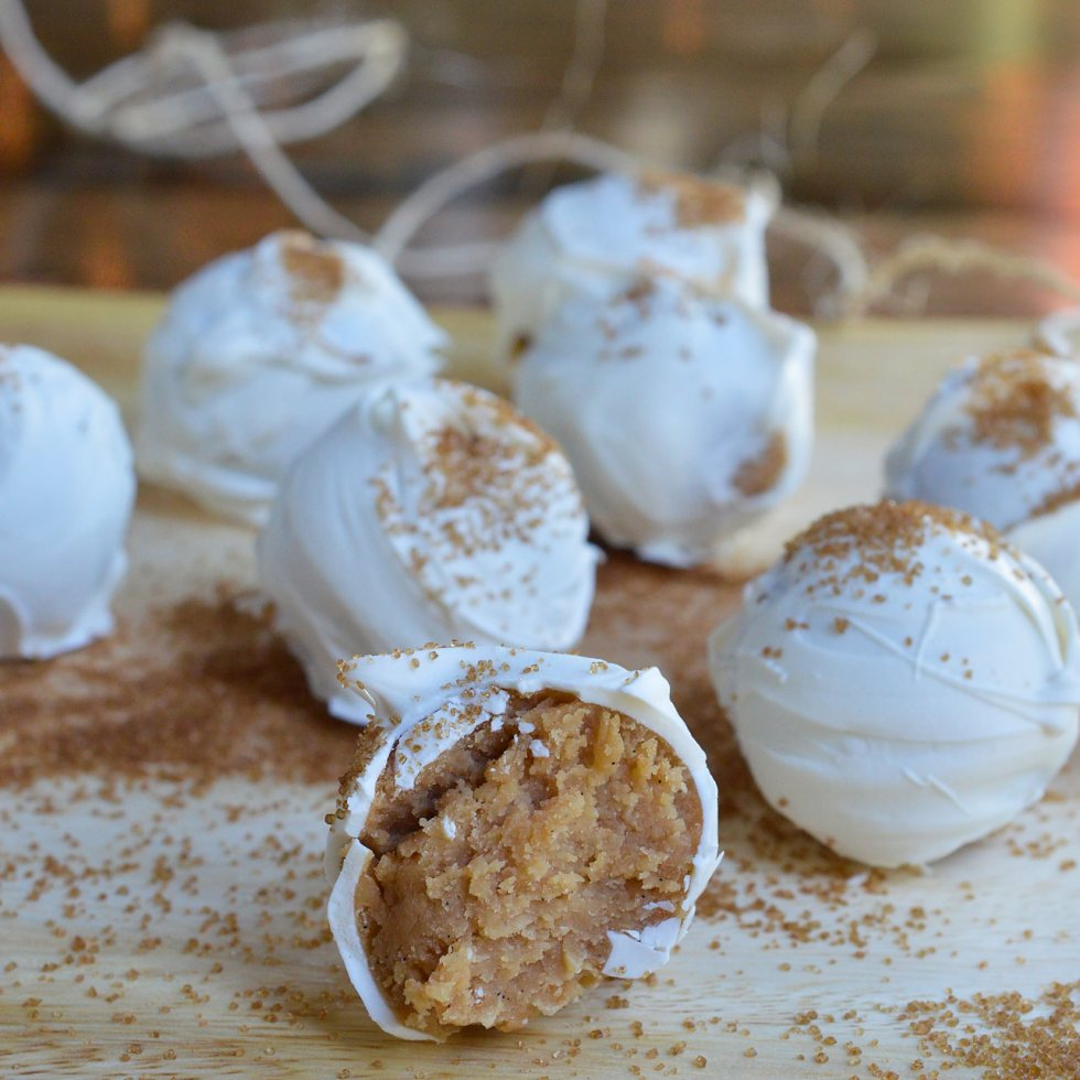 Another great no-bake holiday dessert! This Vanilla Cookie Balls Recipe is perfect for those folks that aren't all about the chocolate. Vanilla wafers, cream cheese and vanilla bean paste formed into balls then coated with white candy and bourbon vanilla sugar!