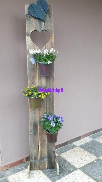 Aufsteller aus Altholz mit Pflanzen