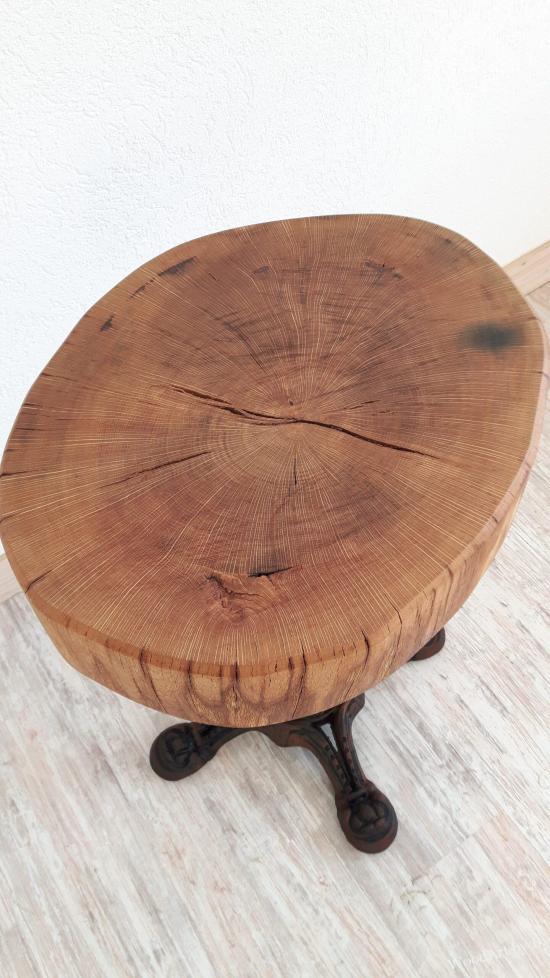 Tisch mit Baumscheibe aus Eiche und Gestell aus Gußeisen