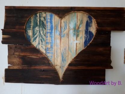 Herz aus Palettenholz_Wanddekoration aus Palettenholz, großes Herz, waagrechtDeko-Herz hinter Altholz