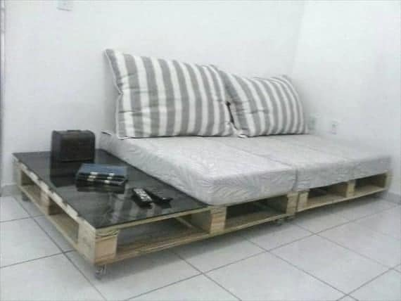 pallet-sofa-with-side-table