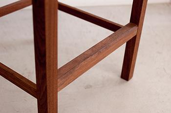 ウッドワークの家具|ピコチェアーのハイタイプ、足元の詳細