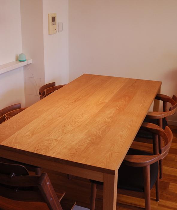 ナラ材のテーブルをオイルで仕上げました、木目の表情が際立つ天板の様子です