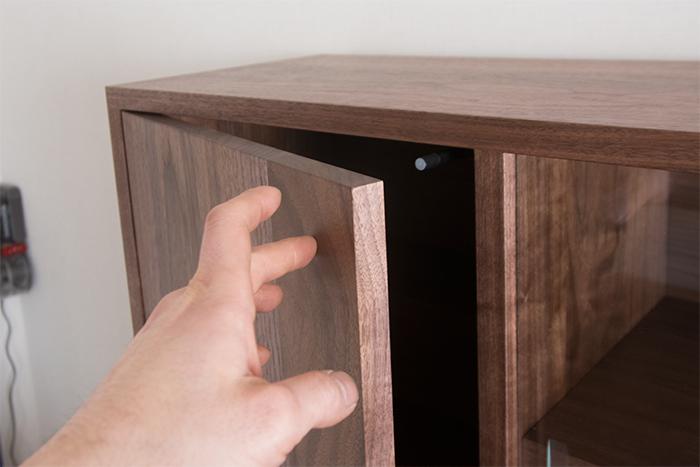プッシュオープン式の片開き扉 ウォールナット20mm厚