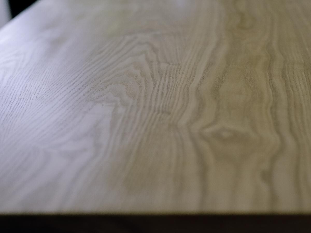 無垢の木の自然の造形美を秘めた、タモ材の木目