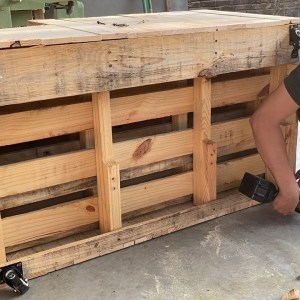 Smart Creations with Used Shipping Wood Pallets //  Build An Outdoor Double Chair  For Young Couple