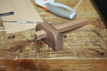 Simple marking gauge style of stringing groove cutter in offcuts of american black walnut and white oak using a lie nielsen cutter. Simple little tool, but the first one I've made in the shed if you don't count jigs like the shooting boards and bench hooks and the like.