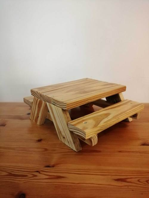 Garden animal picnic bench feeder