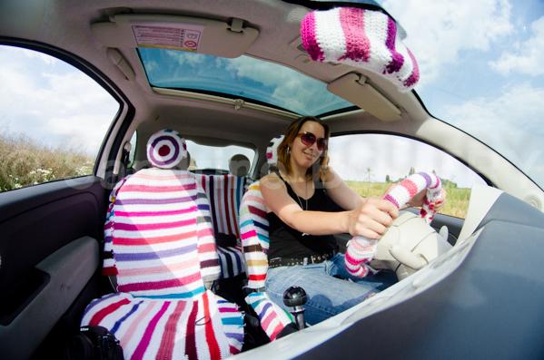 Voiture tricotée - yarnbombing voiture au tricot