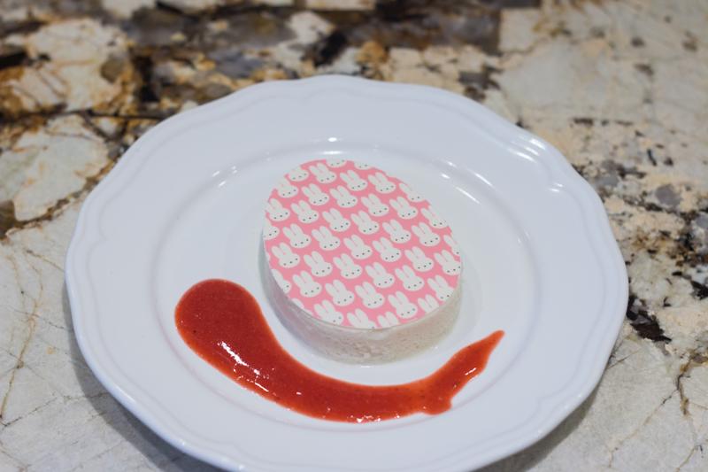 Mousse au chocolat blanc et lime en forme d'oeuf de Pâques avec coulis aux fraises